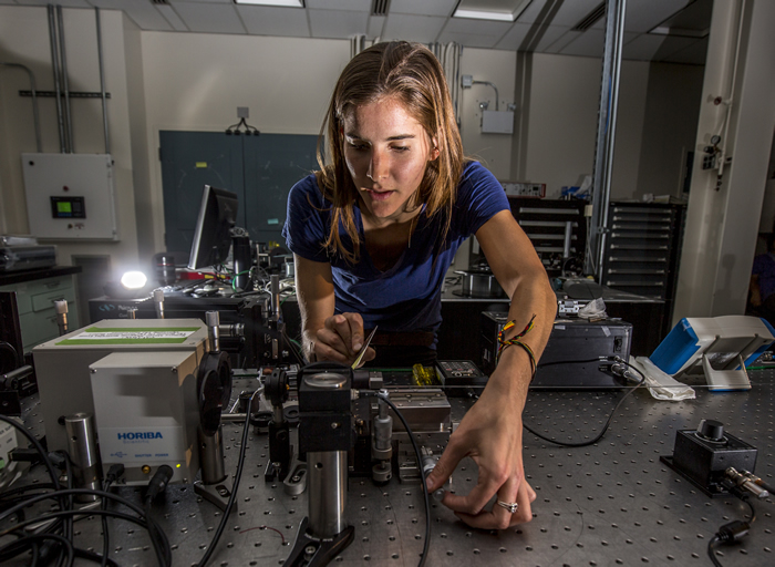Mariana Lanzarini-Lopes Working in the Fiber Laser Lab